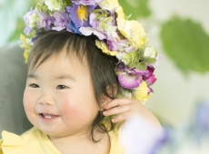 イースターの花冠をして微笑む女の子