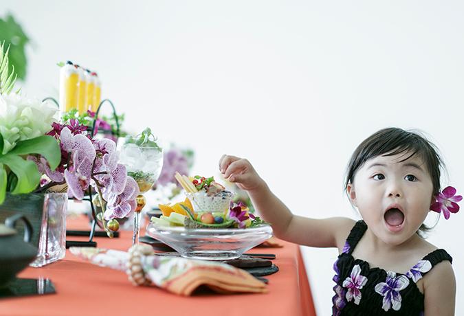 つまみ食いする女の子の画像
