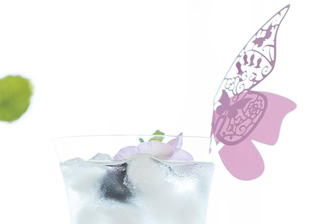 グラスにとまる蝶の画像