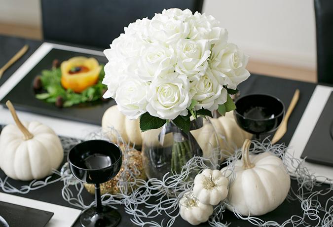 白いバラとかぼちゃの画像
