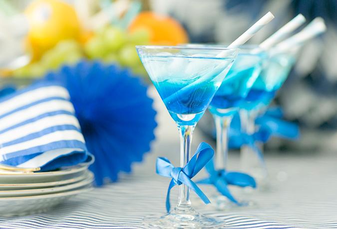 青いカクテルグラスの画像