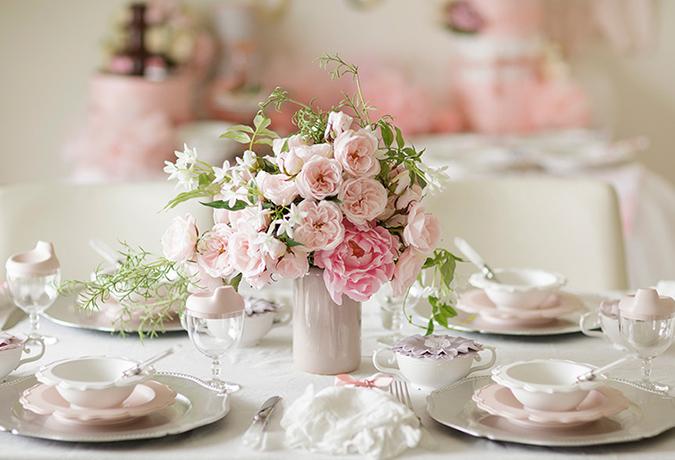 ピンクのバラのテーブルコーディネートの画像