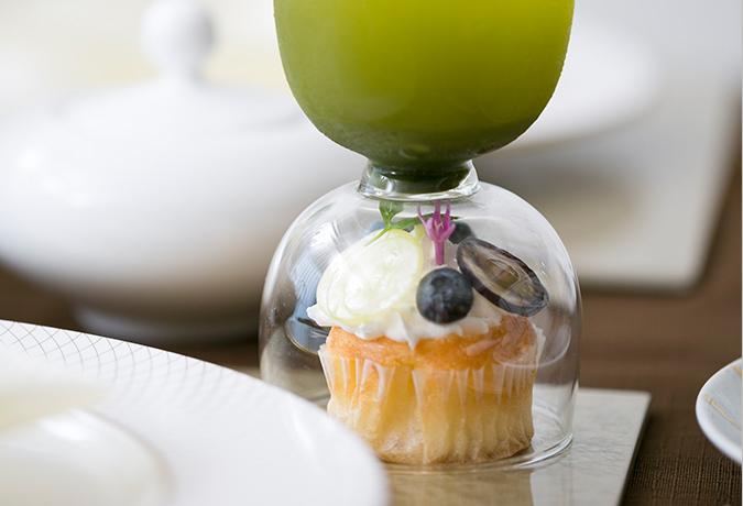 グラスの下のケーキの画像