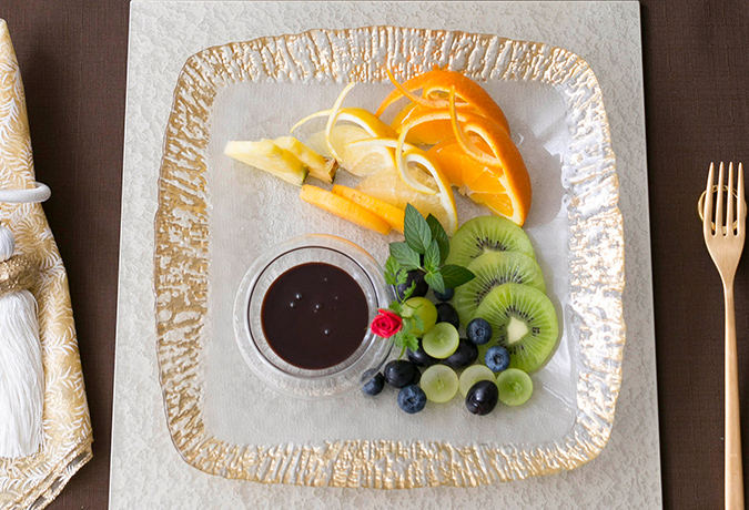 お皿のフルーツの画像