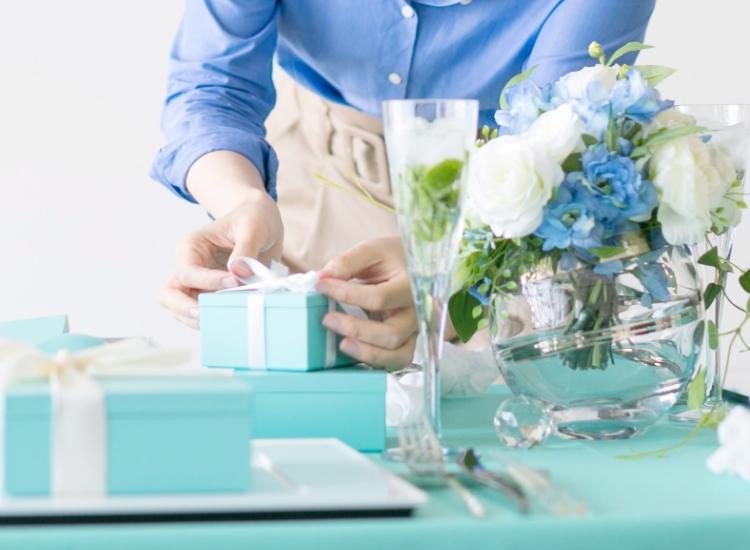 青いテーブルコーディネートを作る画像