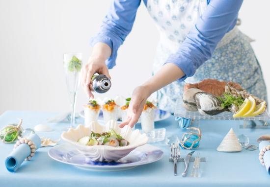 お料理にドレッシングをかける画像