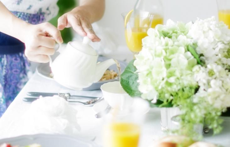 紅茶を入れている画像